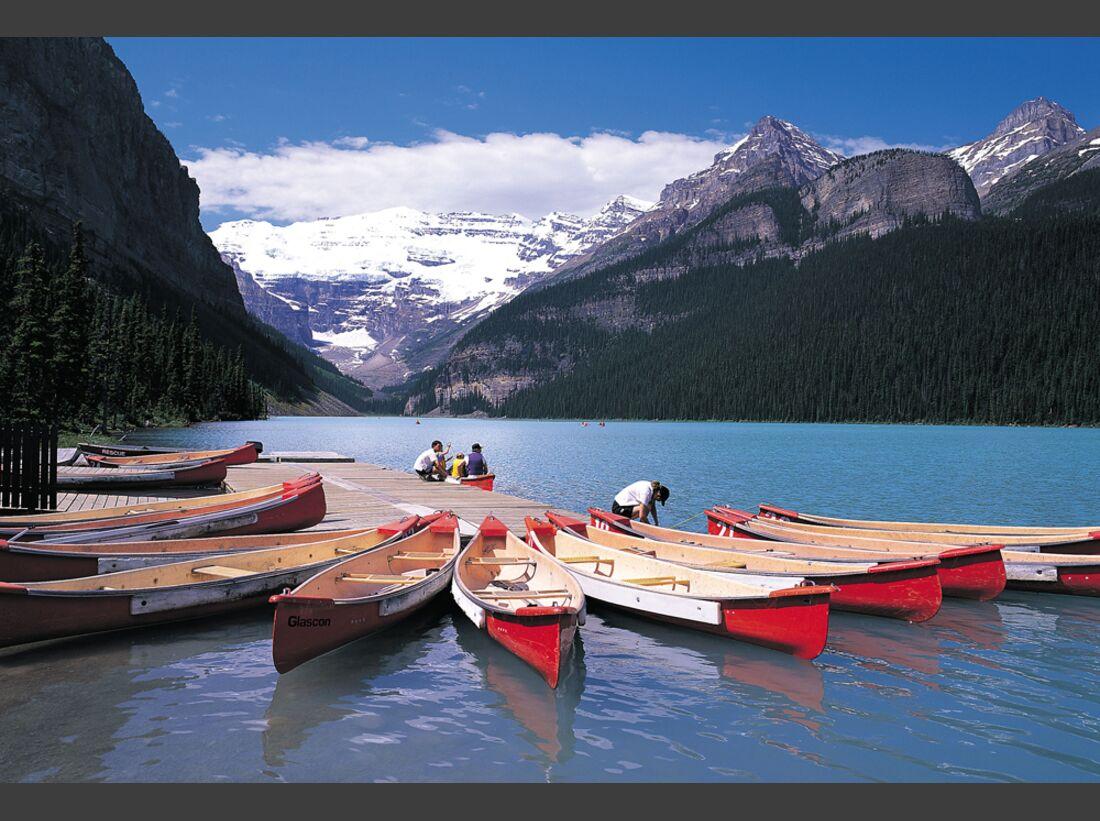 Banff_Canoes_LakeLouise (jpg)