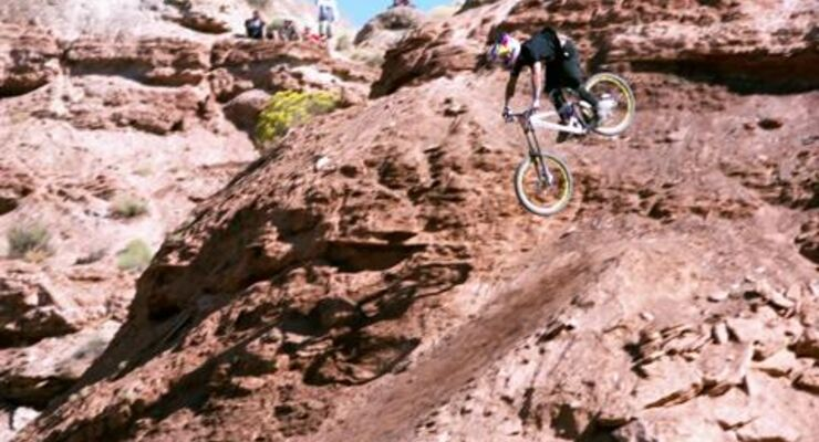 Red Bull Moments 2010: Mountainbiker Andreu Lacondeguy bei einem 45 'Stepdown in Slowmotionigh